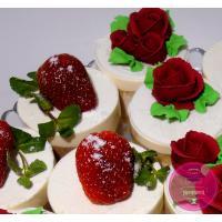 Пирожные Заказные С клубникой и цветами