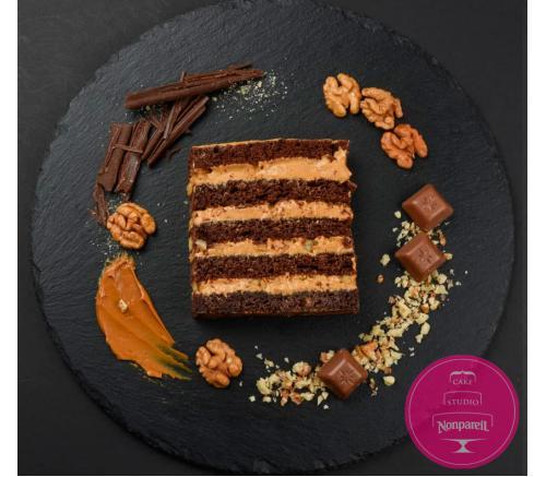 Шоколадный с масляно-сгущенным кремом и орехами