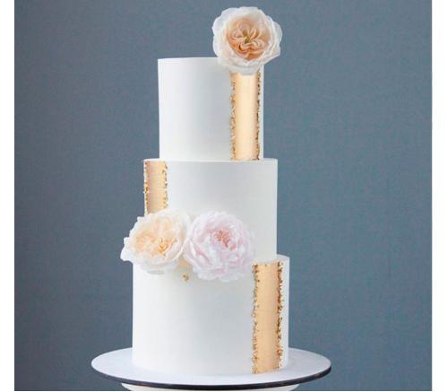 Торт Свадебный с сусальным золотом и цветами 1